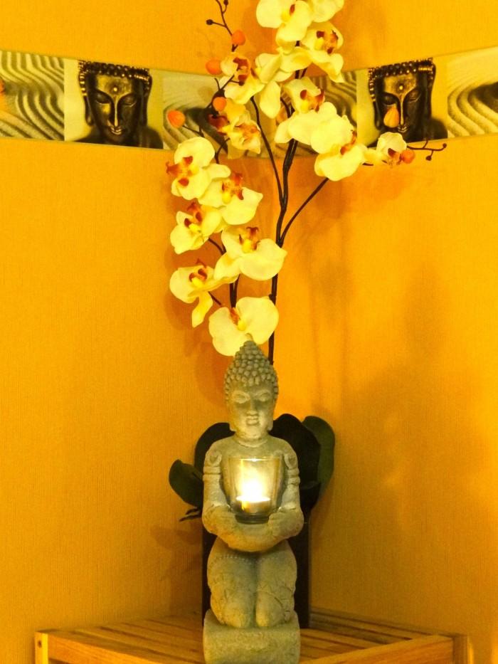 Kerzen wie von dieser Buddhafigur gehalten verhelfen unserem Massagestudio zu einem besonderen Flair.
